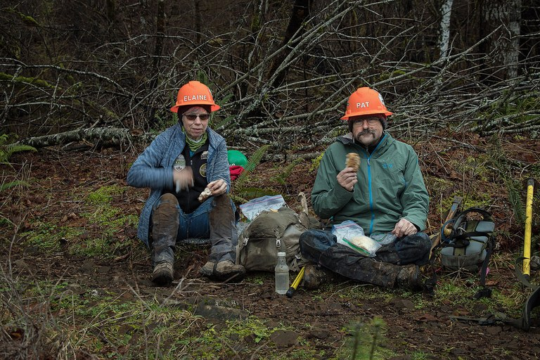 Elaine and Pat Keavney eat lunch during an Eagle Creek Fire recovery project. Photo by US Forest Service